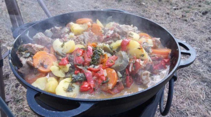 Как можно интересно приготовить мясо с овощами в казане?