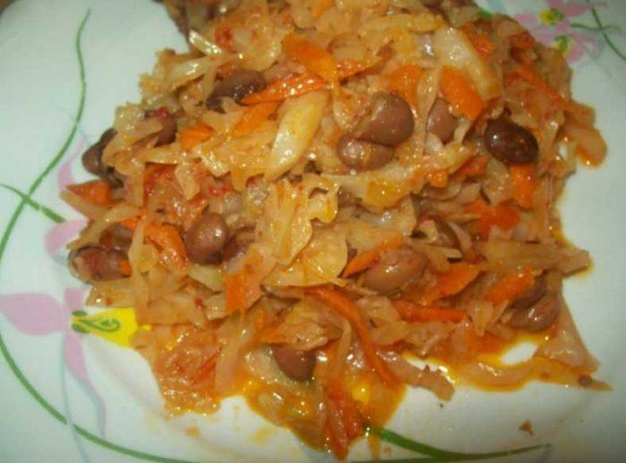 Капуста, тушенная с фасолью, картофелем и томатной пастой